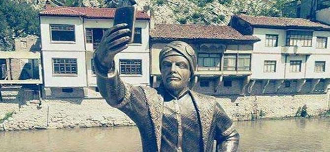 'Selfie Çeken Şehzade' heykeli diktiler!