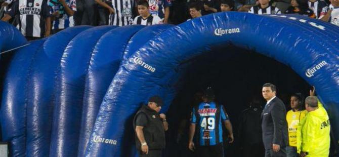Ronaldinho stadı terk etti!