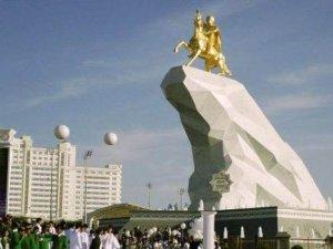 21 metrelik altın heykelini diktirdi