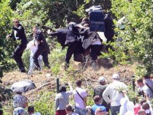 Sırp Başbakan'a şişe ve taşlarla saldırı
