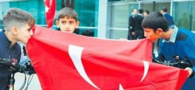 Bayrağı öpen çocuklara PKK tehdidi!