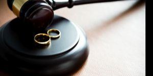 Kocasını başka erkekle yatakta yakalayınca, boşanma davası açtı