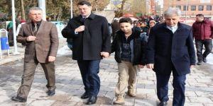 Vali, öğrenci Uyaroğlu'nu evinden alıp, makam aracı ile okula götürdü
