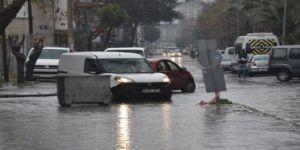 İzmir'de rekor yağış! Trafik felç oldu, tren seferleri durduruldu