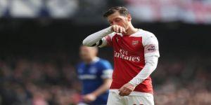 Mesut Özil Marco Silva'ya montunu fırlattı