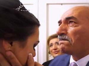 Kız çıkaran babanın gözyaşları!